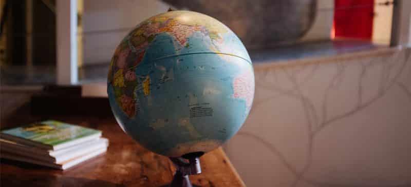 Qùa tặng quả địa cầu mang lại cảm giác tri thức, cổ kính cho nơi được trang trí.